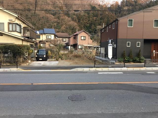 落合バス停前駐車場